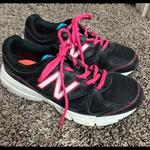 New Balance Size 8 woman's tennis shoes Black/Pink